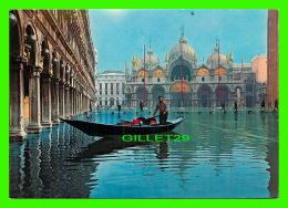 VENEZIA, ITALIA - PIAZZA SAN MARCO ACQUA ALTA - PLACE SAINT MARC HAUTE EAUX - CIRCULÉE EN 1980 - - Venezia (Venice)