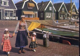 Marken - Noord Holland - Typical Houses And Costumes - Formato Grande Viaggiata – E 7 - Cartoline