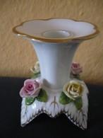 Porzellan Kerzenständer Mit Aufgesetzten Blüten Und Goldverzierung (593) - Kaiser (DEU)