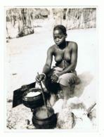 Afrique Noire - Congo ?? - Femme Indigène Préparant Le Repas- Seins Nus, Nude  ( Photo 18 X 24 Cm)  (fr65) - Africa