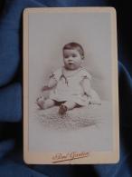 Photo CDV  Gautier à St Germain En Laye  Bébé Brun Joufflu Assis Sur Une Peau De Mouton - CA 1895 - L389H - Photos