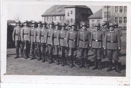 Fotokarte - Soldatengruppe In Stahlhelmen Angetreten -    AK- 14.124 - Personnages
