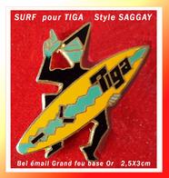 """SUPER PIN'S SURF : Belle Création Style BD SAGGAY Pour Planche SURF """"TIGA"""" émaillé Grand Feu Base Or, Format 2,5X3 Cm - Badges"""
