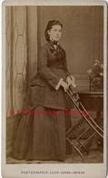CDV - Spécial Mode -femme -pose Insolite Avec Chaise-photo Léon Caron Rue Des 3 Cailloux à AMIENS - Anciennes (Av. 1900)