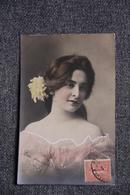 Belle Jeune Femme à La Robe Rose - Femmes