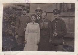 Foto Deutsche Soldaten Mit Damen - 1. WK - 6*4cm (36360) - Krieg, Militär