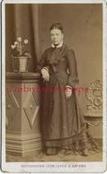 CDV En 1877- Spécial Mode -femme -photo Léon Caron Rue Des 3 Cailloux à AMIENS - Photos