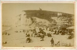 PHOTO DE CABINET ETRETAT 1885 PHOTOGRAPHES NEURDIN SCENE PLAGE CARTES POSTALES SEINE MARITIME NORMANDIE - Photos