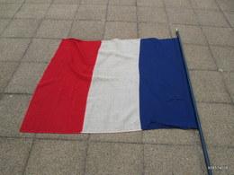 Ww 2 - Drapeau Français De La Liberation R. F.  Quelques Trous De Mites Hampe  De 2 M 20 Drapeau 140 Cm Sur 114 - Drapeaux