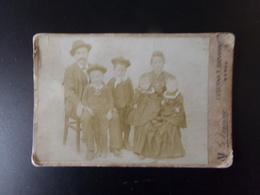 Photo Sur Carton ( 16.5 X 10.5 Cm ) Couple Avec Enfants En Uniforme De Marins Et Jumelles - Personnes Anonymes