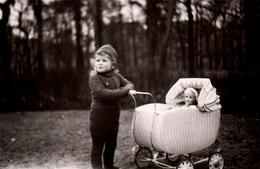 Photo Originale Jeu & Jouet - Poupée & Baigneur Dans Son Landau D'Osier En Promenade En Forêt Avec Jeune Enfant Maman - Objects
