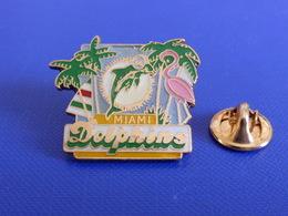 Pin's Foot Football Américain - Miami Dolphins - Flamand Rose (PS32) - Badges