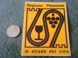 ANTIGUA PEGATINA ADHESIVO OLD STICKER REGIONE PIEMONTE PIAMONTE ITALIA ITALY LE STRADE DEL VINO WINE ITALIE Vin VER FOTO - Pegatinas