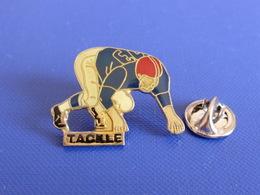 Pin's Foot Football Américain - Joueur Tackle 13 (PS63) - Badges