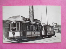 PHOTO TRAIN TRAMWAYS DE BELFORT MOTRICE DEVANT LA GARE AVEC REMORQUE 1951 CLICHE J.BAZIN - Treinen