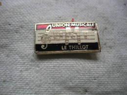 Pin's UMT (Union Musicale De La Ville Du THILLOT) Dans Les Vosges (Dépt 8) - Musique