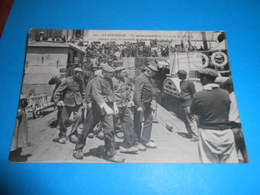 17 ) La Rochelle  N°100 Un Embarquement De Forçats Et De Relègues Pour Saint-martin  Ile De Rè : Année 1914 : EDIT : A.B - La Rochelle