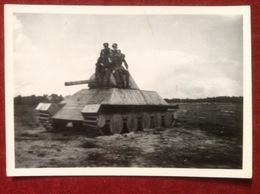 Foto WW2 Panzer Tank Holzpanzer Übungspanzer Mit 5 Soldaten Ca. 1940 - Krieg, Militär