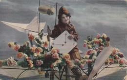 AK Mädchen Als Pilotin Mit Brief, Flugzeug Und Blumen - 1914 (36377) - Frauen