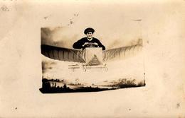 Amusante Carte Photo Originale Aviation Et Photo De Fête Foraine - Animation De Foire, Homme Pilotant Un Avion En 1912 - Anonyme Personen