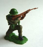 FIGURINE BRITAINS - Swoppet SOLDAT ANGLAIS WWII WWII TIREUR FUSIL A GENOUX SUR LE COTE - Army