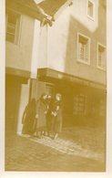 PHoto De 3 Jolies Dames à Côté Du Café Débit De Boissons Au 54 D'une Rue à Identifier à Morlaix En Décembre 1932 - Lieux