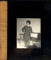 Photographie Originale : Femme Devant Poste De Radio Vers 1950-60 - Objects