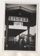 PHOTOGRAPHIE DE 1949, DAME AU QUAI B EN GARE DE LISIEUX CALVADOS, VOIR LES SCANNERS - Lieux