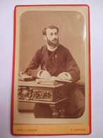 Photographie Ancienne CDV - Ecrivain (?) - Jeune Homme Ecrivant -  Livre - Ecritoire - Photo Sereni, PERIGUEUX - 1883 - Photographs