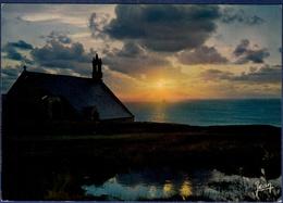 29 CLEDEN-CAP-SIZUN Coucher De Soleil Sur La Chapelle Saint-They Dans Le Lointain Phare De La Vieille - Cléden-Cap-Sizun