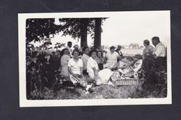Photo Originale Vintage Snapshot Trilport Pique Nique Dejeuner Sur L' Herbe Aout  1937 - Lieux