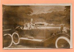 CARTE PHOTO - MONTAGE - SURREALISME - ENFANT MUGUETTE AU VOLANT D'UNE VOITURE AVEC SA MAMAN  A VERSAILLES EN 1928 - Photographs