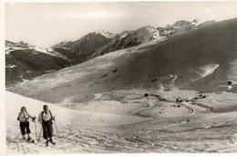 Frontiére ANDORRE. 66. PUYMORENS. Vue Prise D'Envalira Sur La Pas De La Casas. Série Pyrénées Océan. 2 Skieurs. - Andorra