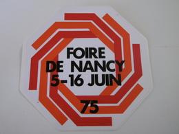 FOIRE DE NANCY Année 1975 - Autocollant Ville Et Evénement - Autocollants