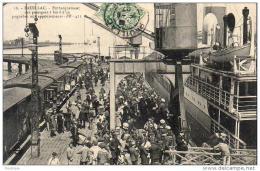 D33  PAUILLAC  Embarquement Des Passagers à Bord D'un Paquebot Aux Appontements - Pauillac
