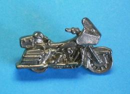 1 PIN'S //   ** HARLEY DAVIDSON / FLHTK ELECTRA GLIDE / '3D ** - Motorbikes