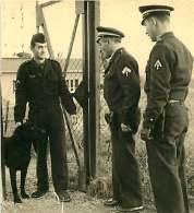 100918 - PHOTO 1950 60 - GENDARMERIE DE L'AIR Aviation Gendarme - Surveillance Points Sensibles Chien Cynophile - Polizia – Gendarmeria