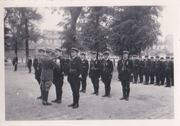 2 Photo Ancienne  Prise D'armes A La Caserne Charras ( Courbevoie ) Gendarme Gendarmerie Guerre 1939 1945 - Guerre, Militaire