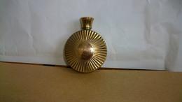 Miniature Houbigant  Flacon Rond En Métal Très Rare Diamètre 4,5 Cm - Miniatures Anciennes (jusque 1960)