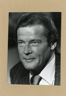 Le Comédien   ROGER MOORE Dans Le Rôle De James Bond - Personnes Identifiées