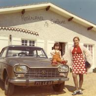 Années 70 .  Peugeot 204 Ou 304 Au Restaurant Ma Campagne Dans L'Allier . Maman Et Sa Fille . - Cars