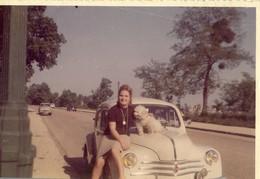 Années 70 .  Renault 4CV Et Aronde . Jeune Femme Et Son Caniche . - Cars