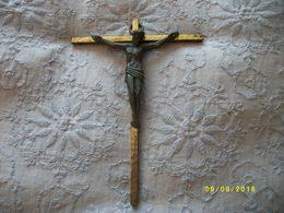 Crucifix En Bronze Sur Croix En Fer - Religion & Esotericism