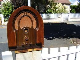 RARE GRANDE RADIO TSF PHILCO FORME ARRONDIE DU GRENIER CHASSIS BOIS EN BON ETAT MAIS PROBABLEMENT A RESTAURER - Appareils