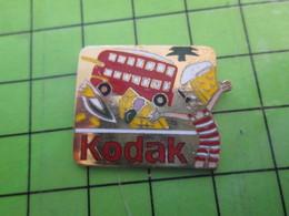 1318a Pin's Pins / Rare Et De Belle Qualité / PHOTOGRAPHIE : KODAK LONDRES BUS VOLEUR DE COULEURS - Medical