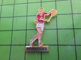 1318a Pin's Pins / Rare Et De Belle Qualité / SPORTS : TENNIS TENNISMAN PRIMAGAZ - Tennis