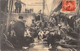 50-CHERBOURG- PÊCHEURS NETTOYANT LEURS POISSONS - Cherbourg
