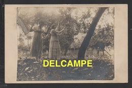 DF / 76 SEINE MARITIME / YPORT / JEUNES FEMMES SOUS LES POMMIERS DEVANT LA CHAUMIÈRE NORMANDE / 1917 / COLLAGE - Yport