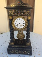 Pendule Napoléon III à Colonnes Garniture, Incrustations De Laiton Et Nacre - Clocks