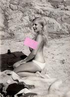 Photo Originale FKK & Naturisme, Nu & Nue Artistique De Pin-Up Amatrice Sexy à La Plage Vers 1970 - Coiffure & Seins Nus - Pin-ups
